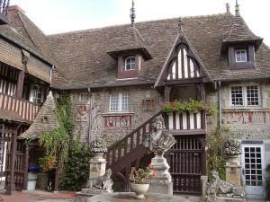 https://www.dives-sur-mer.fr/tourisme/patrimoine/village-d-art-guillaume-le-conquerant.html